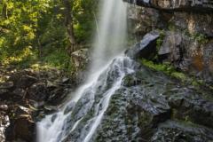 И през юли водопадът е пълноводен. Снимка: ToGood Photos