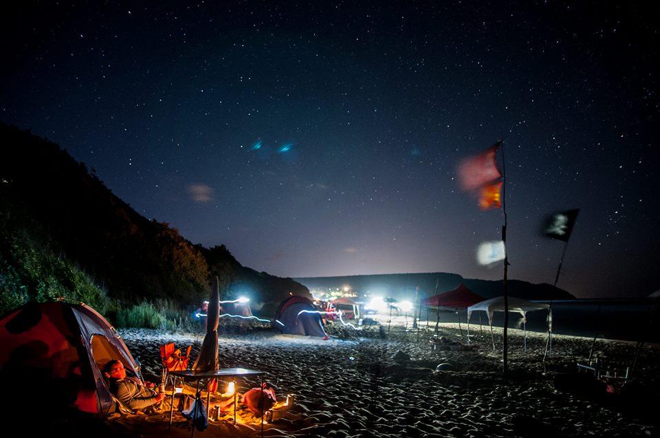 Ето така изглежда една нощ на Иракли - палатки по плажа и хора, заспиващи под звездното небе - на брега на морето. Снимка: ToGood Photos