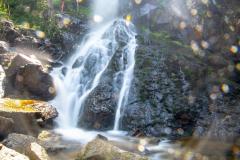 Под пръските на водопада е не само приятно, но и много красиво. Снимка: ToGood Photos